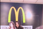 1月22日,杨超越通过微博分享了一则小视频。视频中,杨超越现身公众场合偶遇了自己的人形立牌,摸着栏杆跑下楼梯,难掩激动的心情与人形立牌合影,比耶的模样调皮又可爱。