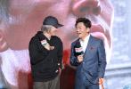 """1月22日,电影《新喜剧之王》在京举办发布会。导演周星驰、主演王宝强亮相之余,《新喜剧之王》的女主角和其他主演也一同亮相,各自介绍了自己在片中出演的角色。在现场,周星驰也回应了网络上对他炒冷饭的质疑,用自己一贯""""无厘头""""的方式回应道:""""我炒过扬州炒饭。"""""""