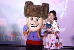 """1月22日晚,动画电影《熊出没·原始时代》在京举行首映礼。映前,动画角色熊大熊二与光头强和为小狼女配音的宋祖儿以及导演丁亮、林汇达共同亮相,与在场的观众们亲切交流。此前曾在网上参加光头强生日转发的宋祖儿在现场也终于收到了中奖礼物,还和小朋友们一起跳起了""""拱拱舞"""",场面十分热闹。"""