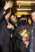 王源即将亮相柏林电影节 抵达机场粉丝热情接机