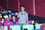"""2月17日,日本动画电影《朝花夕誓》在北京举办""""勿忘相约""""首映礼。首映现场摆放的一块花墙十分吸睛,花墙上不同颜色的花朵组成了""""2月22日,勿忘相约""""几个大字,观影开始前许多观众在花墙前拍照留念,记录下此次参加首映礼的美好回忆,""""于离别之朝束起约定之花"""",现场观众也每人获赠一支鲜花,与电影里的画面元素遥相呼应。"""