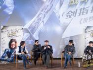 《阿丽塔:战斗天使》中国区海报 阿丽塔剑指天空