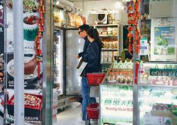 袁咏仪张智霖逛便利店温馨甜蜜 与店员合影超亲和