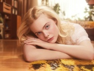 艾丽·范宁最新写真曝光 复古纱裙甜美神情动人