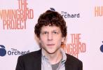 """近日,由阮金执导,杰西·艾森伯格,亚历山大·斯卡斯加德和萨尔玛·海耶克主演的《蜂鸟计划》在纽约举办放映会,主演""""卷西""""杰西·艾森伯格出席。"""