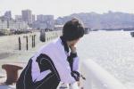 网曝王源《地久天长》拍摄花絮 片场学骑摩托车