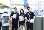 近日,2019FE电动方程式三亚站开赛,易烊千玺身穿蓝白拼接衬衫,搭配黑色长裤现身,简约随性的造型,运动范十足。