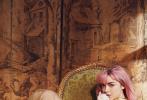 """近日,《权力的游戏》中的""""三傻""""和""""二丫"""" ,苏菲·特纳和麦茜·威廉姆斯登上了《滚石》杂志最新一期封面,两人拍摄的写真和写真花絮释出。两人身着白色裙子,头发上点缀花朵,纯真中带有诱惑力,尤其是苏菲·特纳那充满古典美的脸庞,令人移不开目光。"""