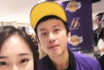 3月27日,有网友称在美国NBA比赛现场,上卫生间时候偶遇邓超,并晒出二人合照。