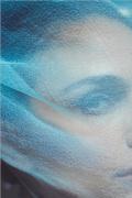娜塔莉·波特曼曝最新写真 头戴蓝色面纱眼神深邃