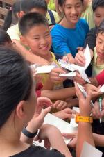 """周杰倫被小學生圍住要簽名 自侃""""剛出道的感覺"""""""