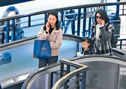 洪欣不理張丹峰出軌傳聞 帶女兒逛街全程心事重重