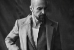 """近日,山姆·洛克威尔为《Man About Town》拍摄了一组最新写真,照片中,他烟不离口,眼神飘忽,依然延续了一贯的""""丧""""路线。"""