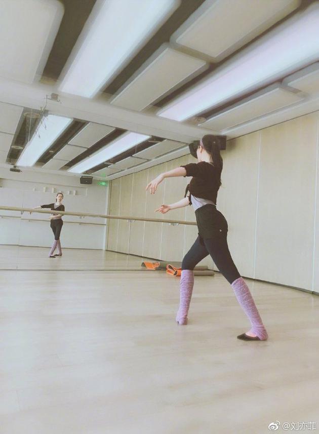 刘亦菲穿黑色练功服跳舞 身段优美气质优雅脱俗