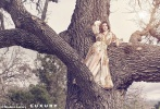 近日,安妮·海瑟薇登上《Modern Luxury》杂志最新一期封面,并为该杂志拍摄了一组十分具有自然气息的写真。照片中,安妮·海瑟薇换了多套长裙,或侧卧在草丛中,或攀登上大树,姿态迷人。
