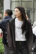 关晓彤现身北电拍摄宣传片 黑直长发型少女感十足