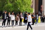4月19日,有网友晒出一组在中戏偶遇刘昊然、易烊千玺等人拍摄的照片。照片中,刘昊然穿着黑色外套,易烊千玺身穿印花棕色夹克。一同出镜的还有李兰迪、张雪迎、胡先煦、赵嘉敏、张铭恩。