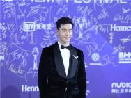 黄晓明出席北影节闭幕式 担任表演嘉宾一展歌喉