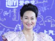 惠英红成电影节红毯焦点 与影迷互动极具亲和力