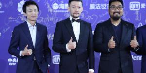《流浪地球》剧组亮相北影节闭幕式 导演郭帆比赞