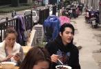4月22日,有网友偶遇吴亦凡凌晨现身南京凤凰西街的一家餐厅,跟面馆师傅学做大碗宽面。照片中,吴亦凡半扎头发,穿着红黑格子衬衫十分低调,谦逊的拜师学艺。