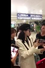 景甜在機場遭男粉絲強行摸手!疑似曾撲倒劉亦菲