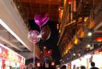 """4月24日晚,关少曾在微博晒出与女儿关晓彤的合影,并配文表示:""""与闺女儿在一起其乐无穷,带闺女儿走一走、逛逛街,给买了三个气球,非常高兴,手里一直拿着,仿佛又回到了小的时候……""""。"""