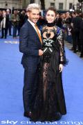 《極端邪惡》倫敦首映 莉莉·柯林斯黑紗裙繡愛心