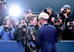 《极端邪恶》伦敦首映 莉莉·柯林斯黑纱裙绣爱心