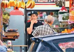 郭富城喜获二宝后首露面 独自上街为方媛买水果