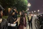 近日,有网友称在成都偶遇拍戏的郭碧婷。随后,有网友晒出片场偶遇照向佐也惊喜现身探班。
