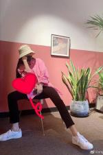 Angelababy晒美照庆青年节 坐姿豪迈大长腿吸睛
