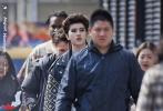 近日,有网友曝出一组蔡徐坤的街拍照,解锁全新造型。照片中,蔡徐坤身穿黑色铆钉皮衣内搭白色T恤,黑色皮裤和脚踩厚底铆钉靴。