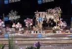 近日,有媒体曝光了姜潮向麦迪娜求婚的现场画面。照片中,献花、气球布置精美的求婚现场,姜潮身穿一身黑色西装,向身穿蓝色宽松短裙的麦迪娜求婚。