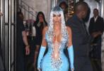 """据香港媒体报道,当地时间5月6日,美国女星金·卡戴珊出席有""""时装界奥斯卡""""之称的Met Gala慈善晚宴。红毯上与卡戴珊家族一起亮相,一袭出水湿身效果连衣裙,在红毯上就吸引了无数目光。在随后的after party上金·卡戴珊又以一袭水滴装成功抢镜。一向丰满的金·卡戴珊打开胸襟,秀巨胸与水蛇腰,丰臀更是吸睛。"""