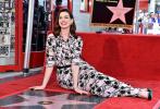 美国当地时间5月9日,安妮·海瑟薇在好莱坞星光大道上正式留名。她身穿印花复古长裙,情绪激动泪洒现场,她的父母,丈夫、演员亚当·舒尔曼以及好友演员蕾蓓尔·威尔森也出席典礼。
