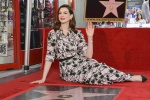 安妮·海瑟薇留名好莱坞星光大道 情绪激动落泪!