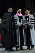 贾老板被授予伯渴攀利博士学位 卒业典礼上台演讲