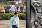 """5月14日,迪丽热巴现身扬州录制综艺《极限挑战》路透曝光。迪丽热巴梳了双丸子头发髻,身穿不薄荷色中国风外套,搭配黑色长裤,俏皮可爱,有网友称:""""胖迪好像一个行走的中国娃娃""""。"""