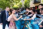"""5月13日,""""怪兽宇宙""""系列电影第三部力作《哥斯拉2:怪兽之王》在北京举行了中国首映礼,导演迈克尔·道赫蒂携主演维拉·法梅加、""""小11""""米莉·博比·布朗和章子怡出席亮相。四位主创在红毯上与粉丝亲切互动签名,令粉丝激动不已。"""