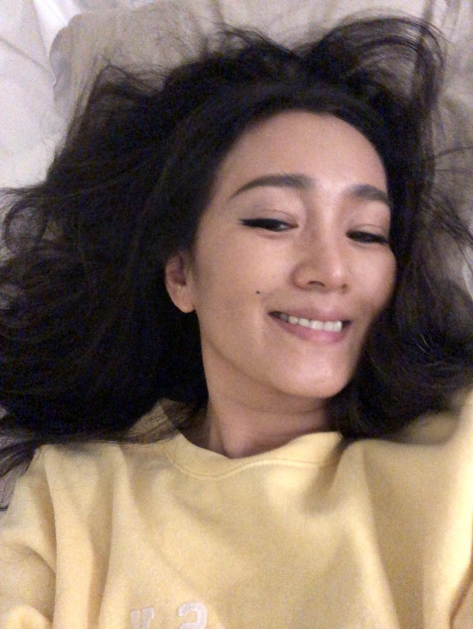 巩俐晒床上自拍照笑容灿烂 与红毯上不一样的美丽
