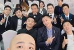 5月16日,包贝尔通过微博晒出在亚洲影视周红毯与众男星的合影。照片中,宁浩、张一白、黄晓明、王宝强、沈腾、李易峰、郑恺、韩庚、陈思诚、大鹏等均有出镜。