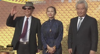 《开国大典》导演李前宽携演员艾丽娅、涂们现身红毯