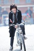 刘昊然《双生》今日上映 长发造型被奚弄像姑娘