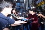 """5月27日,章子怡出演的好萊塢巨制《哥斯拉2:怪獸之王》在日本東京迎來盛大的特別首映式。章子怡剛剛結束在戛納電影節的工作,前一晚還在戛納頒獎,第二天就連續飛行十幾小時到東京,一刻不停歇。近期從北京、洛杉磯以及戛納連軸轉,章子怡狀態依舊很好,活動現場,她以一身紅絲絨禮服亮相,盡顯高貴典雅氣質。網友稱""""真是鐵人,一天都不休息,而且這狀態還是那么好,絕了,太能打了""""。"""