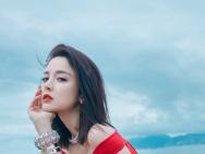 古力娜扎戛纳海滩写真曝光 烈焰红唇搭配白皙长腿