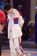 易烊千璽《街舞2》專注觀戰 從容安撫女選手情緒