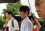 6月10日,有網友曬出偶遇王源的路透照。照片中,王源身穿白色襯衫深灰色西褲,腳踩的厚底白色運動鞋十分矚目。