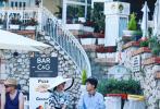 6月9日,有网友晒出偶遇在意大利录制《中餐厅3》的黄晓明、秦海璐、王俊凯和杨紫等人。