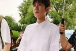 王源抽烟风波后首现身 参加文艺汇演运动鞋瞩目
